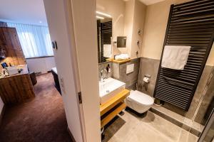 A bathroom at Landhotel Jagdschlösschen