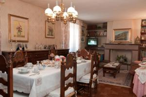 A restaurant or other place to eat at Bed&Breakfast Chiara