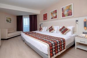 Een bed of bedden in een kamer bij Long Beach Resort & Spa Deluxe - Ultra All Inclusive