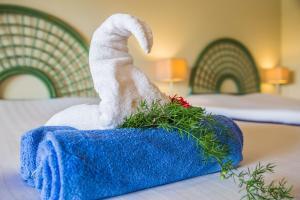 Een bed of bedden in een kamer bij Van der Valk Plaza Beach & Dive Resort Bonaire