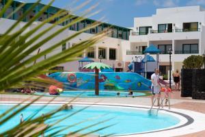 Het zwembad bij of vlak bij Apartamentos Galeon Playa