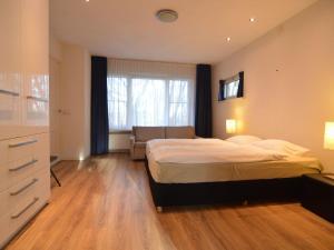 Een bed of bedden in een kamer bij Charming Villa in Venhorst with Sauna