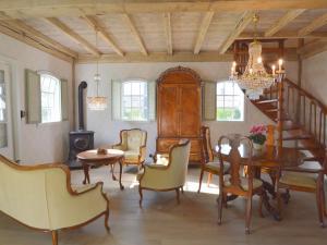 Een zitgedeelte bij Cozy Holiday Home in Volkel with Sauna