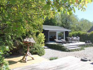 Het zwembad bij of vlak bij Scenic Lakeside Holiday Home in Kortenhoef