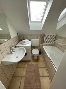 A bathroom at 1,5 Zimmer Apartment, 38,5 qm, frisch möbliert