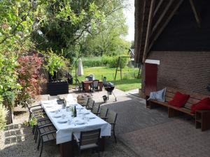 Een restaurant of ander eetgelegenheid bij Quaint Farmhouse near River in Oosterwijk