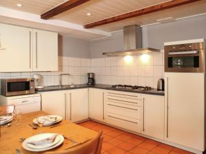 Een keuken of kitchenette bij Quaint Farmhouse near River in Oosterwijk