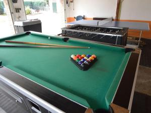 Een biljarttafel in Lovely Holiday Home in Silvolde with Private Pool