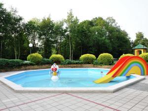 Het zwembad bij of vlak bij Spacious home with a fireplace at 3 km from Baarle-Nassau