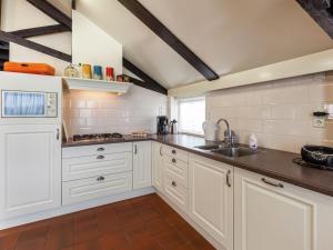 Een keuken of kitchenette bij Cozy Holiday Home in Oisterwijk with Swimming Pool