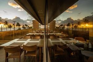 A restaurant or other place to eat at Hardman Praia Hotel