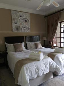 A bed or beds in a room at Klyne Jiweel Guesthouse
