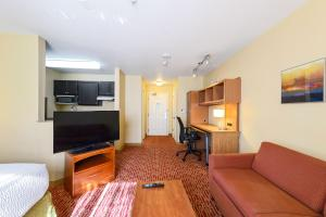 A seating area at Extended Stay America Suites - Atlanta - Norcross