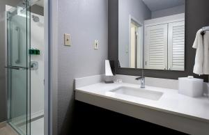 A bathroom at Courtyard by Marriott Lincroft Red Bank