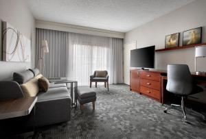 A seating area at Courtyard by Marriott Lincroft Red Bank