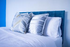 A bed or beds in a room at Quirky House - Fast Wifi - Comfy Beds