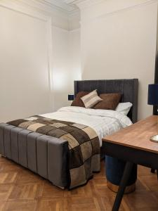 A bed or beds in a room at Rugby Supreme Apartment Suite close to Hospital