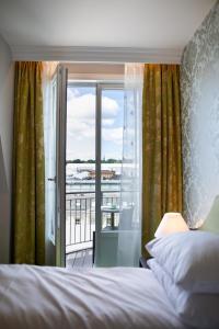 Łóżko lub łóżka w pokoju w obiekcie Hotel Bristol
