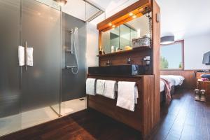 A bathroom at Alpine Hotel SnowWorld