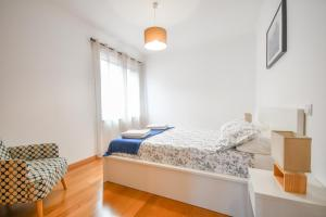 A bed or beds in a room at Vanda's Sea View Apartment