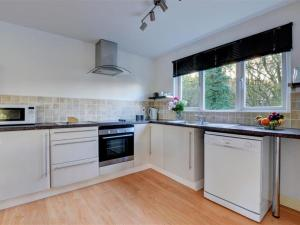 A kitchen or kitchenette at Cozy Holiday Home in Looe near River