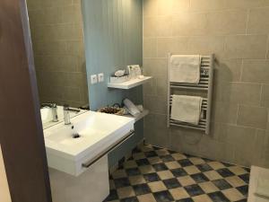 Salle de bains dans l'établissement Le Mas D'Hélène