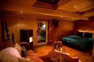 A seating area at Le Spa du Cabanon: Cabanon de luxe avec Spa entièrement privatif