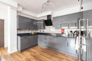 A kitchen or kitchenette at Manhattan Heights - 5