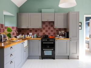 A kitchen or kitchenette at The Bothy - UK7201
