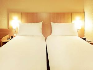 A bed or beds in a room at ibis Alençon