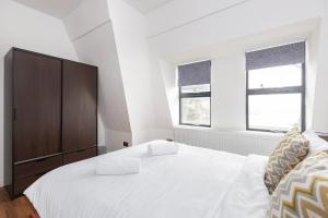 A bed or beds in a room at Manhattan Heights