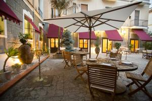 A restaurant or other place to eat at Hotel Victoria Maiorino