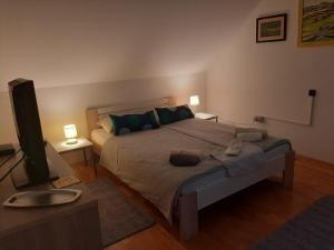 A bed or beds in a room at Apartment & Rooms Miboti
