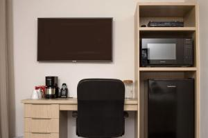 A television and/or entertainment centre at Motel Blanche d'Haberville