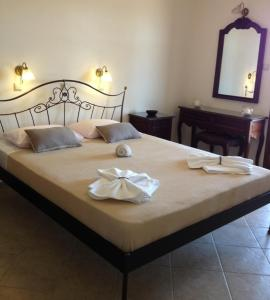 A bed or beds in a room at Maria's Rooms & Studios