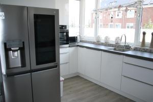 A kitchen or kitchenette at Heerenveen zonnige hoekwoning met tuinkamer en eigen parkeerplaats