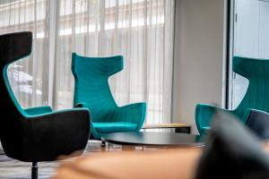 A seating area at Travelodge Hotel Melbourne Docklands