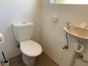 A bathroom at Ulladulla Harbour Motel