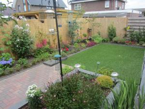 A garden outside Heerenveen zonnige hoekwoning met tuinkamer en eigen parkeerplaats