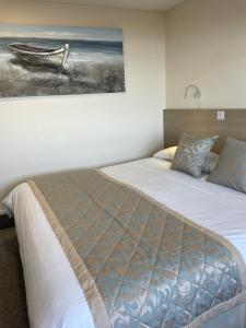 A bed or beds in a room at Claxton Hotel