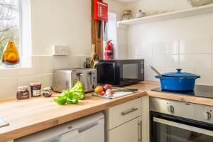 A kitchen or kitchenette at Hill Farm House