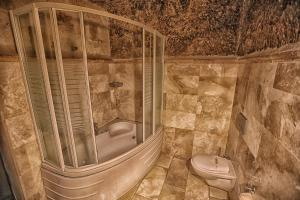 A bathroom at Travellers Cave Pension