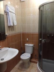 A bathroom at Hotel-Restaurant Lyube Plus