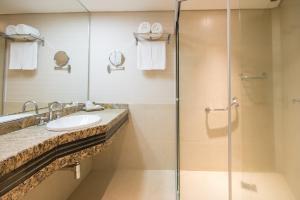 A bathroom at Golden Park Internacional Foz & Convenções