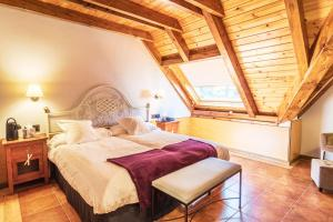 A bed or beds in a room at Hotel Mauberme