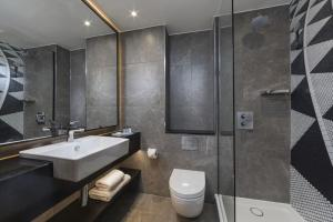 A bathroom at The Queens - QHotels