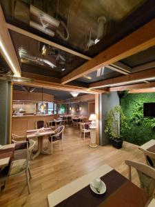A restaurant or other place to eat at Ambiente Hotel garni