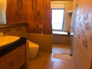 A bathroom at Beach Shoes Villa