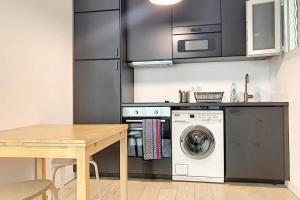 A kitchen or kitchenette at New apartment golden square