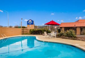 The swimming pool at or near Americas Best Value Inn - Ukiah